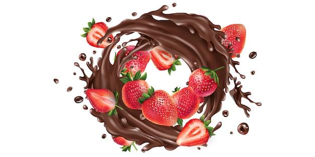 Hele en gesneden aardbeien in een chocolade splash.
