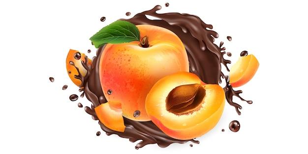 Hele en gesneden abrikozen in een chocolade splash.