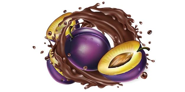 Hele en gesneden pruimen in een chocolade splash.