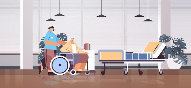 Helper die zorgt voor een senior gehandicapte verpleegster die het dienstverleningsconcept voor rolstoelzorg duwt