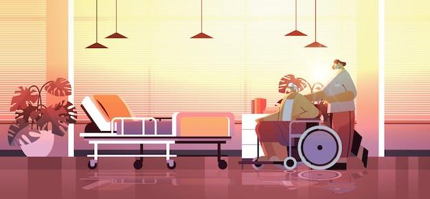 Helper het verzorgen van senior gehandicapte patiënt verpleegster duwen rolstoel zorg dienstverleningsconcept ziekenhuis afdeling interieur horizontale volledige lengte vectorillustratie