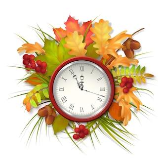 Herfstcompositie met herfstbladeren en een klok