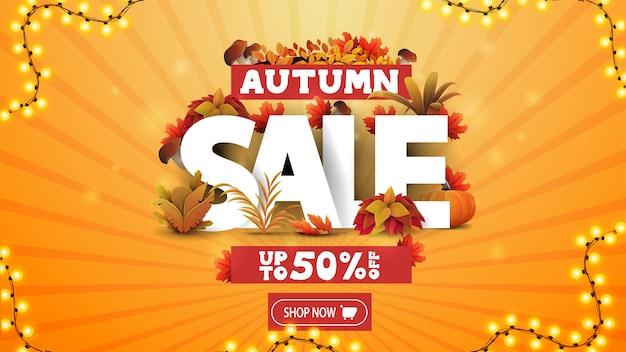 Herfstuitverkoop, tot 50% korting, oranje kortingsbanner met 3d-tekst versierd met herfstelementen en herfstvegetatie, knop en slingerframe
