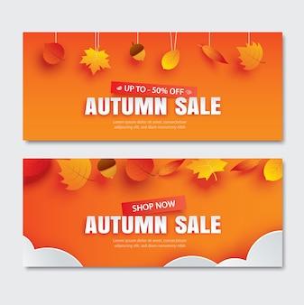 Herfstverkoop met bladeren in papieren kunststijl op oranje achtergrond.