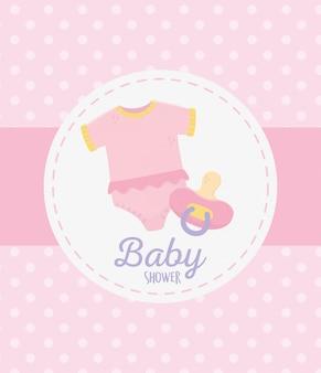 Het baby shower, bodysuit en fopspeenviering stippelt roze etiket als achtergrond