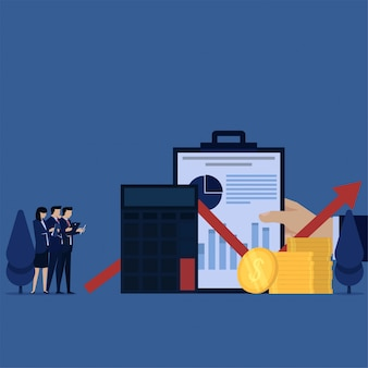 Het commerciële team bespreekt het berekenen van winst en financieel rapport.
