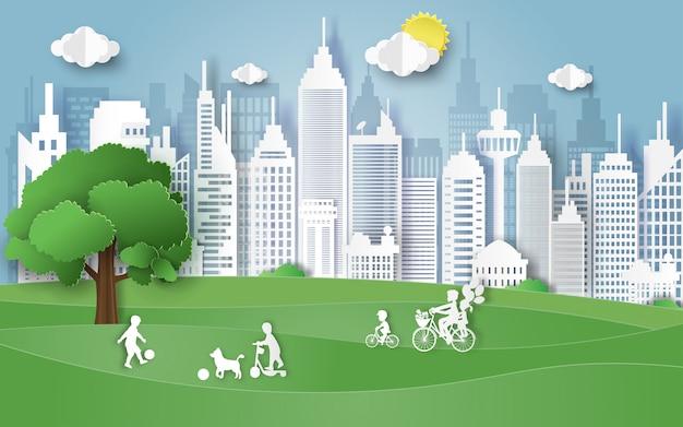 Het concept van de milieudag met familie op park.
