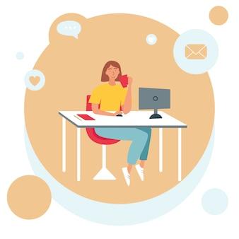 Het concept van freelancen, thuis werken. een vrouw zit aan een tafel voor een computer en drinkt een drankje uit een kopje.