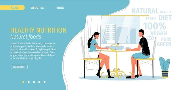 Het familiepaar geniet thuis of op restaurant van vers fruitgroentecoproduct op vegetarisch ontbijt.
