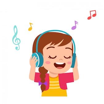Het gelukkige leuke jong geitjemeisje luistert goede muziek