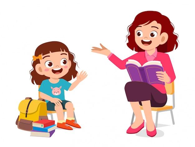 Het gelukkige leuke jong geitjemeisje luistert naar moeder gelezen boek