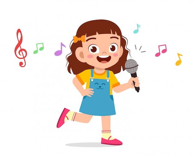 Het gelukkige leuke jong geitjemeisje zingt met glimlach
