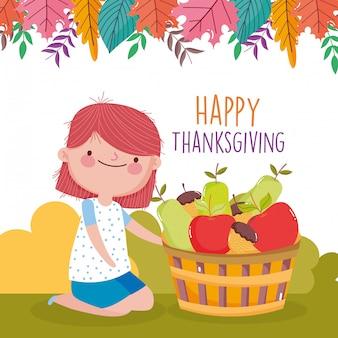 Het gelukkige leuke meisje van de dankzeggingsviering met mand gevulde vruchten in het park