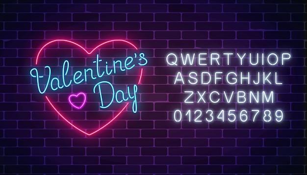 Het gelukkige neon gloeiende feestelijke teken van de valentijnskaartendag in hartvorm met alfabet.