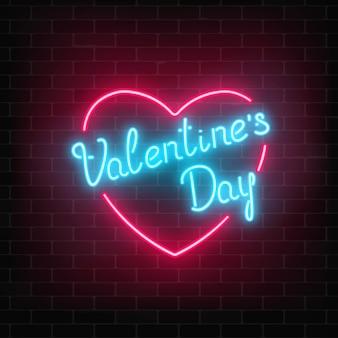 Het gelukkige neon gloeiende feestelijke teken van de valentijnskaartendag in hartvorm op een donkere bakstenen muurachtergrond.