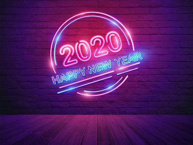 Het gelukkige nieuwe jaar van 2020 met neonlichtalfabet op de achtergrond van de bakstenen muurruimte