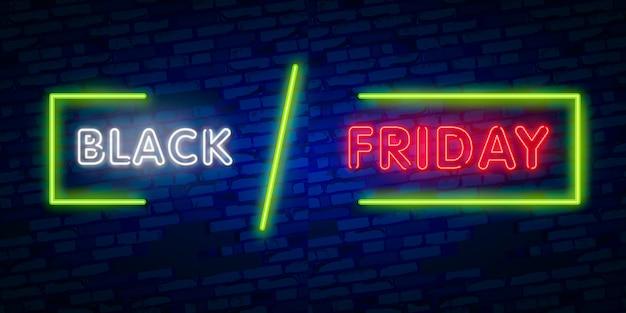 Het gloeiende neonteken van black friday in rechthoekkader met het winkelen symbolen op donkere bakstenen muur.