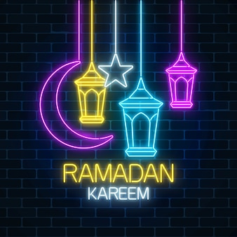 Het gloeiende teken van de neon ramadan heilige maand op donkere bakstenen muurachtergrond. ramadan wenskaart met begroeting Premium Vector