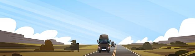 Het grote semi vrachtwagenaanhangwagen drijven op coutryside-road over de horizontale banner van het aardlandschap