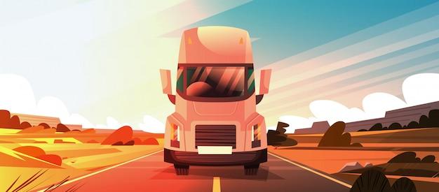 Het grote semi vrachtwagenaanhangwagen drijven op coutryside-road over zonsonderganglandschap