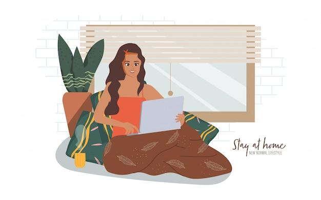 Het indische vrouwenwerk van huis terwijl thuis het zitten bij venster. blijf thuis en een nieuwe normale levensstijl.