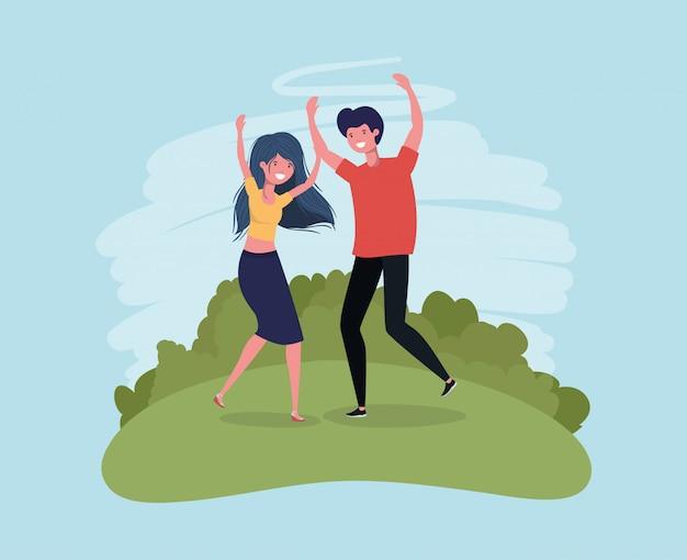 Het jonge paar springen die in de parkkarakters vieren