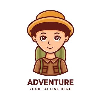 Het karakterontwerp van de jongensmascotte voor logo's voor avontuur of wandelen