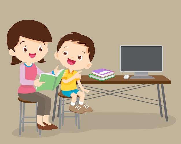 Het kind dat zijn moeder luistert leest een verhalenboek.