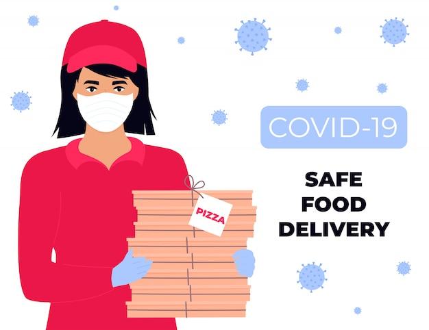 Het koeriersmeisje in beschermend medisch masker en handschoenen houdt pizza
