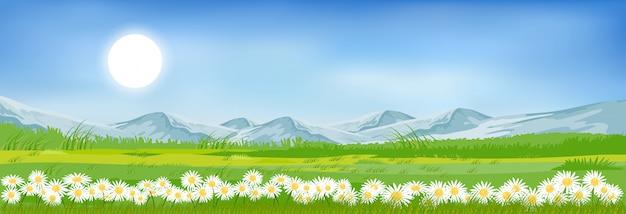 Het landschap van de de zomerberg met blauwe hemel en wolken