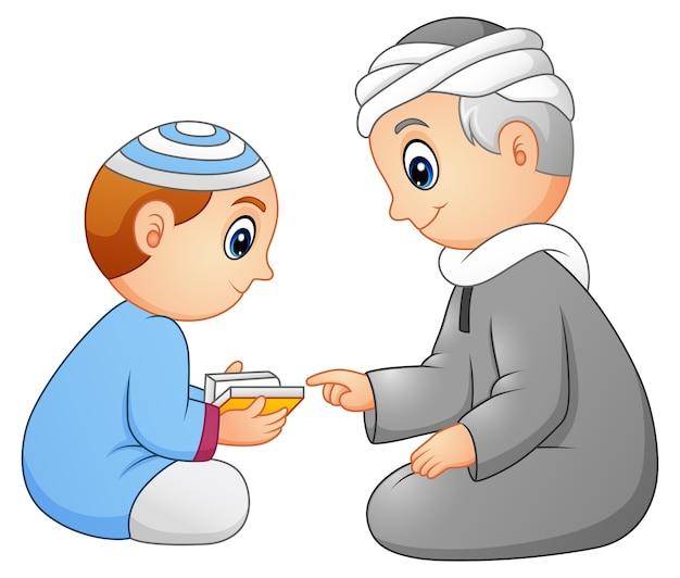 Het leren van kinderen leest de koran voor aan zijn vader