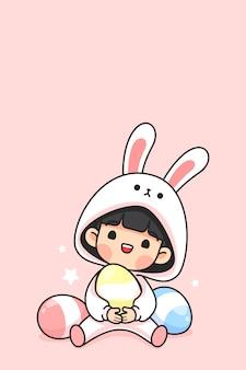 Het leuke meisje in konijntjeskostuum draagt paasei op roze