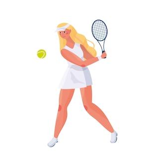 Het leuke meisje met lang haar in een eenvormig sporten speelt tennis op een witte achtergrond in de handen van rackets en een tennisbal.