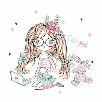 Het leuke meisje van de fashionistatiener binnen met laptop en konijntjesstuk speelgoed.