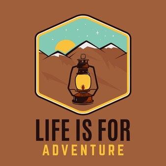 Het leven is voor avontuurlogo, kampeeravontuurembleemontwerp met bergen en kamplantaarn. vector
