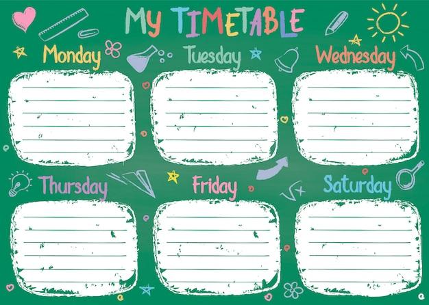 Het malplaatje van het schooltijdschema op schoolbord met hand geschreven gekleurde krijttekst.