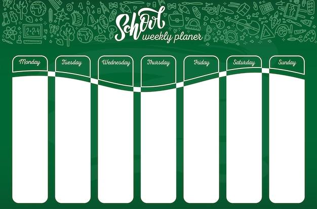 Het malplaatje van het schooltijdschema op schoolbord met hand geschreven witte krijt van letters voorziende tekst. wekelijkse lessen schema in schetsmatige stijl versierd met hand getrokken school doodles op groen bord.