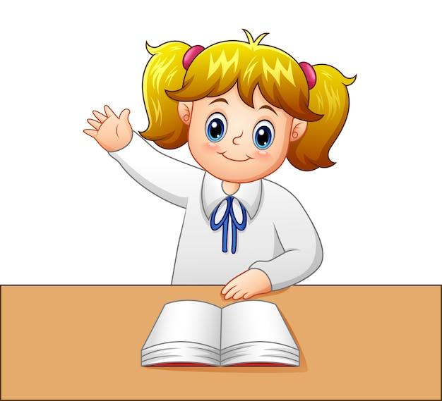 Het meisje heft haar hand op om vragen te stellen