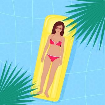 Het meisje in het zwembad op een opblaasbare matras. zomerfeest aan het water.