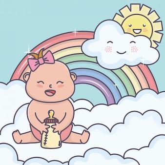 Het meisje van de babydouche met fles in de regenboog van de wolkenzon