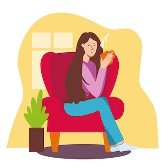 Het meisje zit in rode stoel en drinkt thee. woonkamer, huis, ontspanning met mok thee of koffie.