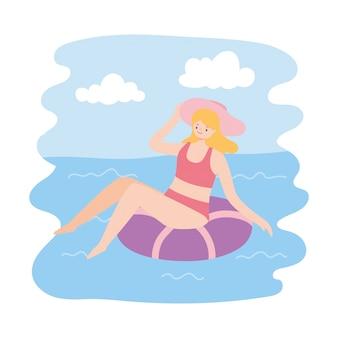Het meisje zonnebaadt op ring in het zwembad, de reisconcept van de zomervakanties