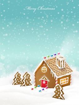 Het mooie huis van de kerstmispeperkoek dat op besneeuwde achtergrond wordt geïsoleerd
