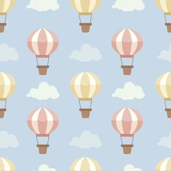Het naadloze patroon van hete luchtballon op de blauwe hemel met een wolkenset.