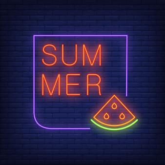 Het neontekst van de zomer in frame met watermeloenplak. seizoensaanbieding of verkoopadvertentie