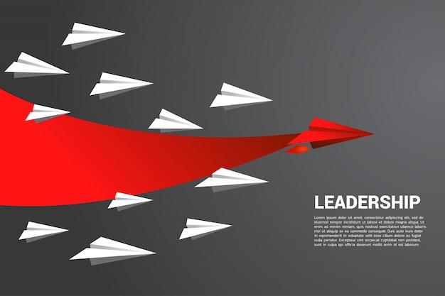 Het origami-papieren vliegtuig met printred beweegt sneller