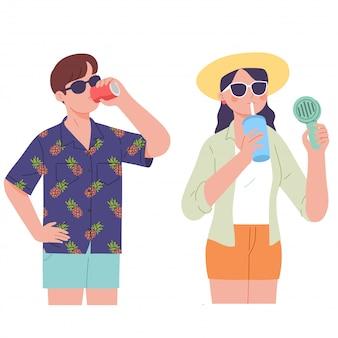 Het paar drinkt ijssap en koude drank op de zomerdag