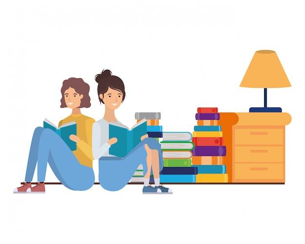 Het paar met boek dient binnen woonkamer in