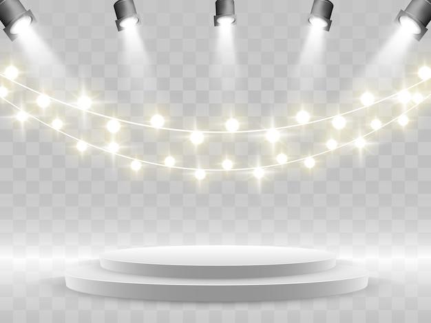 Het podium wordt verlicht door schijnwerpers.