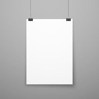 Het realistische lege witboekaffiche hangen op muur